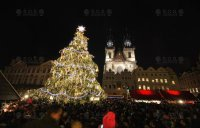 VIDEO: Animacja światła z podkładem muzycznym, Bożonarodzeniowa choinka, Rynek Starego Miasta, Praga
